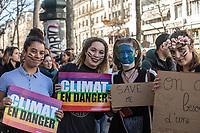 Manifestazione per il clima ragazze con cartello a difesa del clima