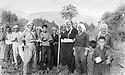 Iraq 1975 <br /> In Serutchawa, Anwar Beg Betwata among farmers  <br /> Irak 1975 <br /> Anwar Beg Betwata au milieu de paysans a Serutchawa