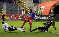 PASTO -COLOMBIA, 03-07-2016. Francisco Cordoba jugador del  Deportivo Pasto disputa un balón con Jose Fernando Cuadrado, arquero, y Hernan Menosse (Der) jugador de Once Caldas durante partido por la fecha 1 de la Liga Águila II 2016 jugado en el estadio La Libertad de Pasto./ Francisco Cordoba player of Deportivo Pasto vies for the ball with Jose Fernando Cuadrado goalkeeper, and Hernan Menosse player of Once Caldas for the date 1 of Aguila League II 2016 played at La Libertad stadium in Pasto. Photo: VizzorImage / Leonardo Castro / Cont