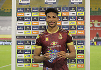 IBAGUE -COLOMBIA, 7-11-2020:Carlos Robles del Deportes Tolima recibe el premio al mejor jugador después del partido entre Deportes Tolima y Boyaca Chico por la fecha 18 de la Liga BetPlay DIMAYOR I 2020 jugado en el estadio Manuel Murillo Toro de la ciudad de Ibague. / Carlos Robles of Deportes Tolima receives the best player prize after a match between Deportes Tolima  and  Boyaca Chico for the date 18 as part of BetPlay DIMAYOR League I 2020 played at Manuel Murillo stadium in Ibague city. VizzorImage/  Juan Torres / Contribuidor