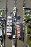 Nord Ostseekanal Schleuse Brunsbuettell: EUROPA, DEUTSCHLAND, SCHLESWIG-HOLSTEIN, BRUNSBUETTEL , (EUROPE, GERMANY), 19.10.2018: Schleuse Nord-Ostseekanal von Brunsbuettel. Der Nord-Ostsee-Kanal (NOK; internationale Bezeichnung: Kiel Canal) verbindet die Nordsee (Elbmuendung) mit der Ostsee (Kieler Foerde). Diese Bundeswasserstraße ist nach Anzahl der Schiffe die meistbefahrene kuenstliche Wasserstraße der Welt.<br /> Der Kanal durchquert auf knapp 100 km das deutsche Bundesland Schleswig-Holstein von Brunsbuettel bis Kiel-Holtenau und erspart den etwa 900 km laengeren Weg um die Nordspitze Daenemarks durch Skagerrak und Kattegat.<br /> Die erste kuenstliche Wasserstraße zwischen Nord- und Ostsee war der 1784 in Betrieb genommene und 1853 in Eiderkanal umbenannte Schleswig-Holsteinische Canal. Der heutige Nord-Ostsee-Kanal wurde 1895 als Kaiser-Wilhelm-Kanal eroeffnet und trug diesen Namen bis 1948. Zwei Handelsschiffe mit Schlepperhilfe in der Schleuse