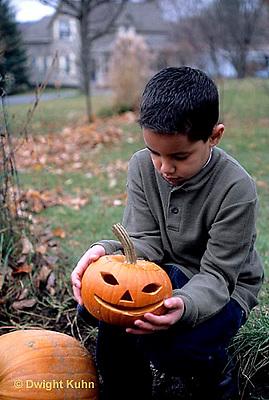 HS24-318z  Pumpkin - child with jack-o-lanterns