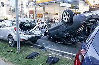 Campinas (SP), 03/05/2021 - Crime-SP - Uma perseguição na Avenida Norte-Sul, em Campinas, no começo da tarde desta segunda-feira (3), terminou com um acidente envolvendo quatro veículos, sendo que um deles capotou. Três adolescentes foram apreendidos após a colisão. De acordo com a GM (Guarda Municipal), os adolescentes roubaram um estabelecimento no Jardim Guarani e estavam com uma Tracker pela Norte-Sul, sentido bairro, quando viram os agentes da guarda.