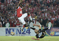 BOGOTÁ -COLOMBIA, 06-12-2014. Dayron Mosquera (Izq) de Independiente Santa Fe disputa el balón con Edwards Jimenez (Der) jugador de Once Caldas durante partido por la fecha 5 de los cuadrangulares semifinales de la Liga Postobón II 2014 jugado en el estadio Nemesio Camacho el Campín de la ciudad de Bogotá./ Dayron Mosquera player (L) of Independiente Santa Fe fights for the ball with Edwards Jimenez (R) player of Atletico Huila during the match for the 5th date of the semifinal quadrangular of the Postobon League I 2014 played at Nemesio Camacho El Campin stadium in Bogotá city. Photo: VizzorImage/ Gabriel Aponte / Staff