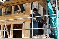 GERMANY, eco village Siebenlinden, house building with timber, straw bale and clay / DEUTSCHLAND, Oekosiedlung Siebenlinden in der Altmark, Baustelle eines neuen Wohnhaus aus Holz, Srohballen und Lehmputz