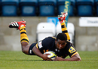 Photo: Richard Lane/Richard Lane Photography. London Wasps v Worcester Warriors. LV= Cup. 18/11/2012. Wasps' Simon McIntyre dives in for a try.