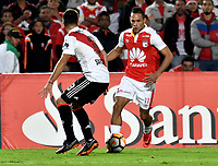 BOGOTÁ - COLOMBIA, 03-05-2018: Anderson Plata (Der.) jugador de Independiente Santa Fe disputa el balón con Marcelo Saracchi (Izq.) jugador de River Plate, durante partido entre Independiente Santa Fe (COL) y River Plate (ARG), de la fase de grupos, grupo D, fecha 5 de la Copa Conmebol Libertadores 2018, jugado en el estadio Nemesio Camacho El Campin de la ciudad de Bogota. / Anderson Plata (R) player of Independiente Santa Fe vies for the ball with Marcelo Saracchi (L) player of River Plate, during a match between Independiente Santa Fe (COL) and River Plate (ARG), of the group stage, group D, 5th date for the Conmebol Copa Libertadores 2018 at the Nemesio Camacho El Campin Stadium in Bogota city. Photo: VizzorImage  / Luis Ramírez / Staff.