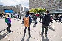"""Am Samstag den 16. Mai 2020 demonstrierten in Berlin an mehreren Orten linke und antifaschistische Organisationen wie die """"Omas gegen Rechts"""", die """"Vereinigung der Verfolgten des Naziregimes/Bund der Antifaschisten"""" (VVN/BdA) und """"Berlin gegen Rechts"""" gegen sog. """"Hygiene-Demonstrationen"""", welche sich gegen die Einschraenkungen zur Eindaemmung der Covid-19-Pandemie richten. An diesen """"Hygiene-Demonstrationen"""" nehmen Verschwoerungsanhaenger, Hooligans, Neonazis und andere Rechte teil.<br /> Im Bild: Antifaschistischer Protest auf dem Alexander-Platz. Hier findet sonst eine """"Hygiene-Demonstration"""" statt.<br /> 16.5.2020, Berlin<br /> Copyright: Christian-Ditsch.de<br /> [NUR FUER REDAKTIONELLE ZWECKE! Werbung nur auf Anfrage beim Fotografen. Inhaltsveraendernde Manipulation des Fotos nur nach ausdruecklicher Genehmigung des Fotografen. Vereinbarungen ueber Abtretung von Persoenlichkeitsrechten/Model Release der abgebildeten Person/Personen liegen nicht vor. NO MODEL RELEASE! Don't publish without copyright Christian-Ditsch.de, Veroeffentlichung nur mit Fotografennennung, sowie gegen Honorar, MwSt. und Beleg. Konto: I N G - D i B a, IBAN DE58500105175400192269, BIC INGDDEFFXXX, Kontakt: post@christian-ditsch.de<br /> Bei der Bearbeitung der Dateiinformationen darf die Urheberkennzeichnung in den EXIF- und  IPTC-Daten nicht entfernt werden, diese sind in digitalen Medien nach §95c UrhG rechtlich geschuetzt. Der Urhebervermerk wird gemaess §13 UrhG verlangt.]"""