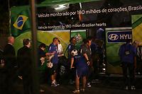 Das Team von Brasilien steigt in den Teambus. Superstar Ronaldinho schaut einem Ballk¸nstler zu