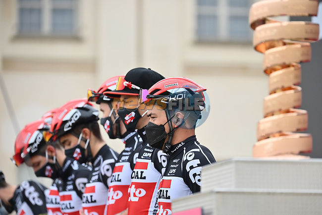 Caleb Ewan (AUS) and Lotto-Soudal at sign on before the start of Stage 2 of the 2021 Giro d'Italia, running 179km from Stupinigi (Nichelino) to Novara, Italy. 9th May 2021.  <br /> Picture: LaPresse/Massimo Paolone | Cyclefile<br /> <br /> All photos usage must carry mandatory copyright credit (© Cyclefile | LaPresse/Massimo Paolone)