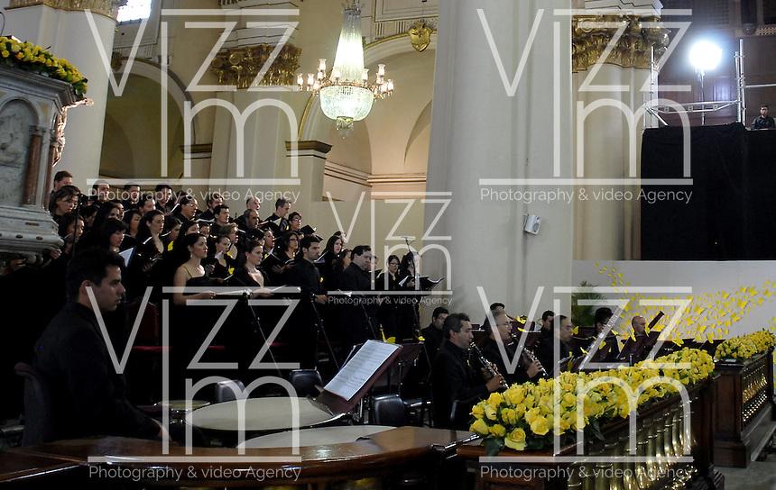 BOGOTA -COLOMBIA. 22-04-2014. Aspecto del concierto de la Orquesta Sinfónica Nacional de Colombia durante el homenaje póstumo al Nobel de Literatura, Gabriel García Marquez, hoy, 22 de abril de 2014, en la Catedral Primada de Bogotá. García Marquez murió a los 87 años de edad en ciudad de México el pasado 17 de abril de 2014. / Aspect of the concert of National Symphony Orchestra of Colombia during the posthumous tribute to  Colombian Nobel Prize-Winning Author Gabriel Garcia Marquez at Primatial Cathedral in Bogota, Colombia. Garcia Marquez died at 87 in Mexico city the last April 17 of 2014. Photo: VizzorImage/ Gabriel Aponte / Staff