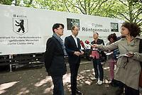 """Der Berliner Gesundheitssenator Mario Czaja (rechts im Bild) und die Gesundheitsstadtraetin des Bezirks Lichtenberg, Dr. Sandra Obermeyer (links im Bild), stellten am Donnerstag den 9. Juli 2015 vor dem Landesamt fuer Gesundheit und Soziales, LaGeSo, der Presse ein mobiles Roentgenmobil der Fima Streit vor, in dem vor der Fluechtlingserstaufnahmestelle die Fluechtlinge auf Tuberkulose untersucht werden koennen. Dies erleichtert den Fluechtlingen die notwendige medizinische Untersuchung und entlastet das """"Zentrum fuer tuberkulosekranke und –gefaehrdete Menschen"""" in Berlin-Lichtenberg.<br /> 9.7.2015, Berlin<br /> Copyright: Christian-Ditsch.de<br /> [Inhaltsveraendernde Manipulation des Fotos nur nach ausdruecklicher Genehmigung des Fotografen. Vereinbarungen ueber Abtretung von Persoenlichkeitsrechten/Model Release der abgebildeten Person/Personen liegen nicht vor. NO MODEL RELEASE! Nur fuer Redaktionelle Zwecke. Don't publish without copyright Christian-Ditsch.de, Veroeffentlichung nur mit Fotografennennung, sowie gegen Honorar, MwSt. und Beleg. Konto: I N G - D i B a, IBAN DE58500105175400192269, BIC INGDDEFFXXX, Kontakt: post@christian-ditsch.de<br /> Bei der Bearbeitung der Dateiinformationen darf die Urheberkennzeichnung in den EXIF- und  IPTC-Daten nicht entfernt werden, diese sind in digitalen Medien nach §95c UrhG rechtlich geschuetzt. Der Urhebervermerk wird gemaess §13 UrhG verlangt.]"""