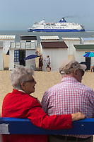 France, Pas-de-Calais (62), Côte d'Opale , Calais, ferry passant devant des touristes sur la plage de Calais //  France, Pas de Calais, Cote d'Opale (Opal Coast), Calais, ferry passing in front of tourists on the beach of Calais <br /> Service fondue Maroilles