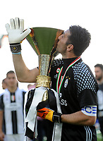 Calcio, Serie A: Juventus vs Crotone. Torino, Juventus Stadium, 21 maggio 2017.<br /> Juventus' goalkeeper Gianluigi Buffon kisses the trophy during the celebrations for the victory of the sixth consecutive Scudetto at the end of the Italian Serie A football match between Juventus and Crotone at Turin's Juventus Stadium, 21 May 2017. Juventus defeated Crotone 3-0.<br /> UPDATE IMAGES PRESS/Manuela Viganti
