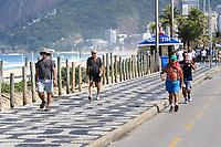 """RJ. Rio de Janeiro. 16/05/2020  CIDADE Na foto da praia de Ipanema , zona sul, a movimentaÁ""""o na orla tem as areias vazias e as calÁadas cheias em Època de isolamento social por causa do novo coronavirus neste s·bado,  (16) Na foto pedestres andam sem m·scara . ( Foto: Ellan Lustosa / Codigo19)"""