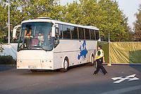 """Nach den pogromartigen Ausschreitungen gegen eine Fluechtlinsunterkunft im saechschen Heidenau am Freitag den 21. August 2015 durch Anwohnerinnen der Ortschaft, kamen am Samstag de 22. August 2015 ca. 250 Menschen in die Ortschaft um ihre Solidaritaet mit den Gefluechteten zu zeigen.<br /> Am Vorabend hatten Rassisten, Nazis und Hooligans sich zum Teil Strassenschlachten mit der Polizei geliefert um zu verhindern, dass Fluechtlinge in einen umgebauten Baumarkt einziehen. Ueber 30 Polizisten wurden dabei verletzt.<br /> Bis in die Abendstunden des 22. August blieb es trotz spuerbarer Anspannung um die Unterkunft ruhig. Im Laufe des Tages wurden immer wieder Gefluechtete mit Reisebussen gebracht was von den wartenenden Heidenauern mit Buh-Rufen begleitet wurde. Vereinzelt wurde auch """"Sieg Heil"""" gerufen, was die Polizei jedoch nicht verfolgte.<br /> Kurz vor 23 Uhr griffen Nazis und Hooligans dann wie am Vorabend die Polizei mit Steinen, Flaschen, Feuerwerkskoerpern und Baustellenmaterial an. Die Polizei mussten mehrfach den Rueckzug antreten, scheuchte den Mob dann von der Fluechtlingsunterkunft weg. Dabei wurden auch wieder Traenengasgranaten verschossen. Mindestens ein Nazi wurde festgenommen.<br /> Im Bild: Gefluechtete kommen im Bus an auf dem eine Europakarte abgebildet ist.<br /> 22.8.2015, Heidenau<br /> Copyright: Christian-Ditsch.de<br /> [Inhaltsveraendernde Manipulation des Fotos nur nach ausdruecklicher Genehmigung des Fotografen. Vereinbarungen ueber Abtretung von Persoenlichkeitsrechten/Model Release der abgebildeten Person/Personen liegen nicht vor. NO MODEL RELEASE! Nur fuer Redaktionelle Zwecke. Don't publish without copyright Christian-Ditsch.de, Veroeffentlichung nur mit Fotografennennung, sowie gegen Honorar, MwSt. und Beleg. Konto: I N G - D i B a, IBAN DE58500105175400192269, BIC INGDDEFFXXX, Kontakt: post@christian-ditsch.de<br /> Bei der Bearbeitung der Dateiinformationen darf die Urheberkennzeichnung in den EXIF- und IPTC-Daten nicht entfernt """
