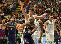 MEDELLÍN - COLOMBIA, 25-08-2017: Leonardo MEINDL de Brasil disputa el balón con Michaell JACKSON de Colombia durante partido de la fase de grupos, grupo A, de la FIBA AmeriCup 2017 jugado en el coliseo Iván de Bedout de la ciudad de Medellín.  El AmeriCup 2017 se juega  entre el 25 de agosto y el 3 de septiembre de 2017 en Colombia, Argentina y Uruguay. / Leonardo MEINDL of Brazil fights for the ball with Michaell JACKSON of Colombia during the match of the group stage Group A of the FIBA AmeriCup 2017 played at Ivan de Bedout  coliseum in Medellin. The AmeriCup 2017 is played between August 25 and September 3, 2017 in Colombia, Argentina and Uruguay. Photo: VizzorImage / León Monsalve / Cont