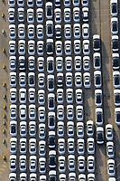 Warten auf Export: EUROPA, DEUTSCHLAND, HAMBURG, (EUROPE, GERMANY), 24.02.2009:Hamburger Hafen, Kleiner Grassbrook, Neuwagen,  warten auf Schiffstransport in das Ausland, Export, Kfz,   Reihe, warten, anstehen, Abtransport, voll, belegt, Parkplatz, Raumnot, Lager, Logistik, CO2, Benzin, Diesel, Treibstoff, Schlange, Daecher, Autoverladung,  weiss, Autos, PKW, Verladung,  Reihe, aufgereiht, Reihen, hintereinander, warten, Export, Wirtschaft, Luftbild, Luftansicht, Luftaufnahme, Auto, Absatz, Kriese,