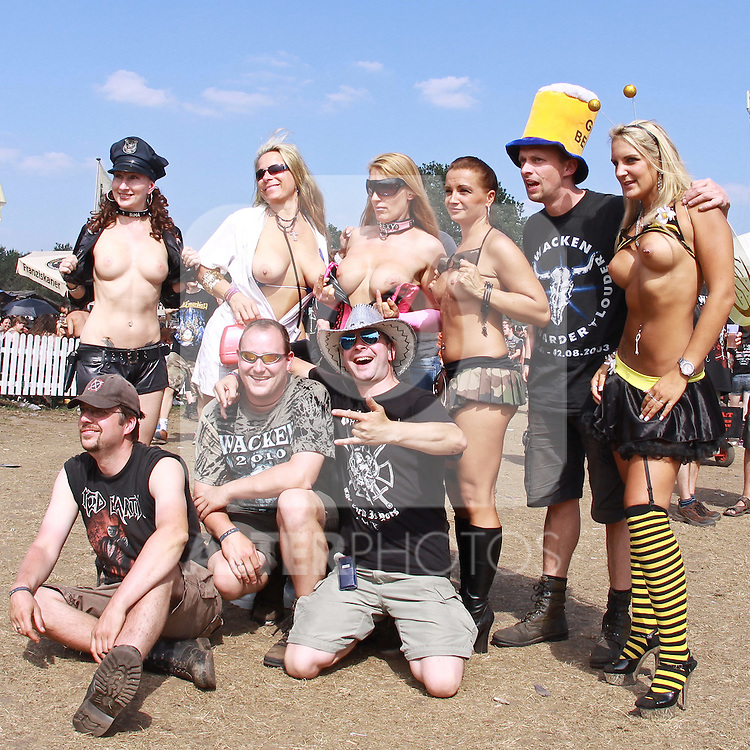 07.08.2010, Wacken Open Air 2010, Wacken, GER, 3.Tag beim 21.Heavy Metal Festival Fans posen mit sexy weiblichen Stripperinnen, Foto © nph / Kohring