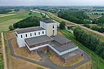 Foto: VidiPhoto<br /> <br /> DODEWAARD – De brandschade aan de buitenzijde van de voormalige kerncentrale in Dodewaard, die onstond bij het aanleggen van nieuwe dakbedekking, wordt zo spoedig mogelijk gerepareerd. Dat laat een woordvoerder van de GKN, eigenaar van de centrale-in-ruste, donderdag weten. Bij werkzaamheden van 21 mei vloog de isolatielaag tussen beplating en de 60 cm. dikke betonnen wand van het reactorgebouw in brand. De oostzijde van de afgesloten centrale raakte daardoor aan de buitenzijde flink beschadigd en onstond er ook waterschade binnen via de ventilatieschacht. Omdat pas in 2045 de radioactieve straling bij de kernreactor laag genoeg is om de gebouwen te kunnen slopen, moet het complex tot die tijd in optimale conditie blijven. Het schadebedrag is nog niet bekend. Voor het onderhoud van de kerncentrale tot 2045 is 19 miljoen euro gereserveerd.