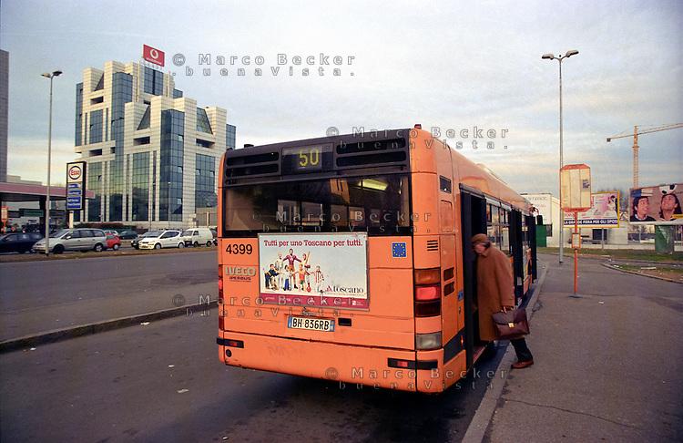 milano, quartiere lorenteggio. periferia ovest. fermata dell'autobus e palazzi per uffici --- milan, lorenteggio district, west periphery. office buildings and bus stop