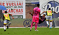 ENVIGADO-COLOMBIA, 25-10-2020: Santiago Londoño de Envigado F.C. no logra detener el disparo de Cesar Arias (19) de Alianza Petrolera, al anotar el tercer gol de su equipo, durante partido entre Envigado F. C., y Alianza Petrolera de la fecha 16 por la Liga BetPlay  DIMAYOR 2020, en el estadio Polideportivo Sur de la ciudad de Envigado. / Santiago Londoño of Envigado F. C. fails to stop the shoot of Cesar Arias (19) of Alianza Petrolera, the third goal of his team, during a match between Envigado F. C., and Alianza Petrolera of the 16th date for the BetPlay DIMAYOR League 2020 at the Polideportivo Sur stadium in Envigado city. Photo: VizzorImage / Luis Benavides / Cont.