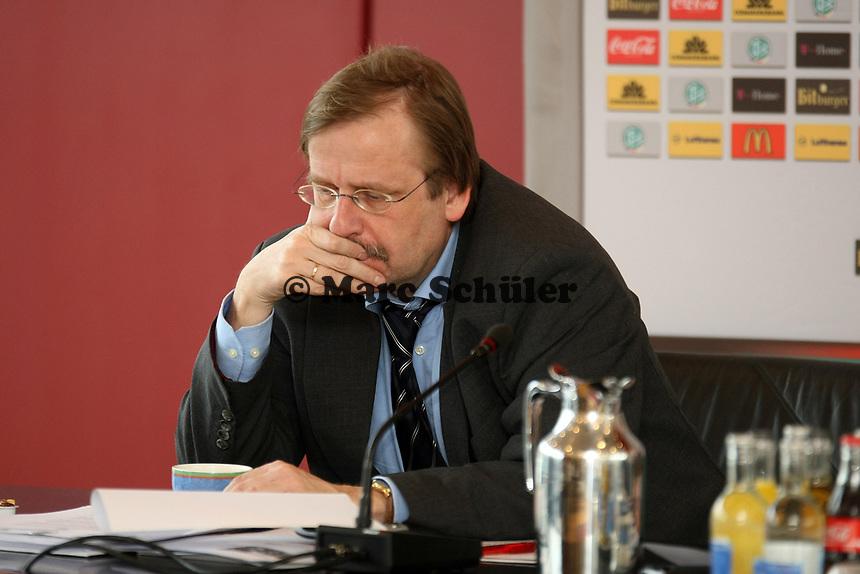 Rainer Koch<br /> DFB-Pressekonferenz zum Thema Sicherheit im Fussball<br /> *** Local Caption *** Foto ist honorarpflichtig! zzgl. gesetzl. MwSt. Auf Anfrage in hoeherer Qualitaet/Aufloesung. Belegexemplar an: Marc Schueler, Am Ziegelfalltor 4, 64625 Bensheim, Tel. +49 (0) 151 11 65 49 88, www.gameday-mediaservices.de. Email: marc.schueler@gameday-mediaservices.de, Bankverbindung: Volksbank Bergstrasse, Kto.: 151297, BLZ: 50960101