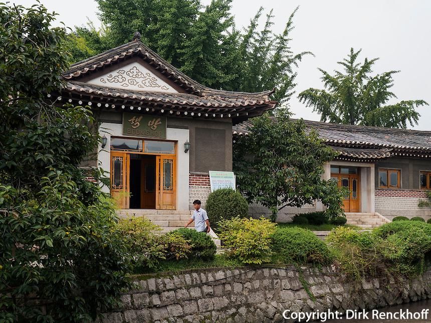 Folklore-Hotel in Kaesong, Nordkorea, Asien<br /> Folklore Hotel in Kaesongl, North Korea, Asia