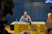 """Pressekonferenz der Initiative """"Deutsche Wohnen und Co. enteignen"""" am Montag den 27. September 2021 in Berlin zum Wahlergebnis der Volksabstimmung, bei der 56,4% (1.034.709 Stimmen) der abgegebenen Stimmen sich fuer eine Vergesellschaftung der grossen Immobilienkonzerne wie Deutsche Wohnen oder Vonovia ausgesprochen haben. Nur 39% (715.214 Stimmen) stimmten dagegen.<br /> Im Bild vlnr.: Rouzbeh Taheri, einer der Sprecher und Mitglied des Presseteam der Kampagne.<br /> 27.9.2021, Berlin<br /> Copyright: Christian-Ditsch.de"""