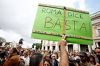 Cartello Roma dice basta<br /> Banner Rome says stop<br /> Roma 27/10/2018. Campidoglio. Manifestazione sit-in dei cittadini contro il degrado di Roma organizzata da 6 donne del comitato TuttiperRomapertutti, sotto l'hashtag #romadicebasta.<br /> Rome October 27th 2018. Campidoglio Square. Demonstration of roman citizens agains the mayor and against the deterioration and the huge problems that have been afflicting Rome during the last months, like garbage, carelessness and huge and dangerous holes in the streets. The sit-in was organized by 6 women that created the movement 'Rome says Stop'.<br /> Foto Samantha Zucchi Insidefoto