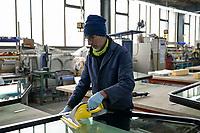 Deutschland, Hamburg, Unternehmen Fehrmann windows, Fertigung von Spezialfenstern fuer die Schifffahrt und andere spezielle Anwendungen wo es um hohe Drücke und Bruchfestigkeit geht, Montage von Rahmen und Spezialglas von Schiffsfenstern