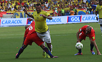 BARRANQUILLA -COLOMBIA, 10-NOVIEMBRE-2016. Edwin Cardona (Der.) jugador de Colombia disputa el balón con Arturo Vidal (Izq.) de Chile durante el  encuentro  por las eliminatorias al mundial de Rusia 2018  disputado en el estadio Metropolitano Roberto Meléndez de Barranquilla./ Edwin Cardona (L) Colombia player fights for the ball with Arturo Vidal (R) of Chile during the qualifying match for the 2018 World Championship in Russia Metropolitano Roberto Melendez stadium in Barranquilla . Photo:VizzorImage / Felipe Caicedo  / Staff