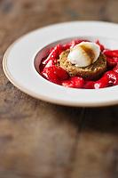 Mascarpone au  caramel et  fraises  gariguettes - recette de Christian Constant  EXCLU: EDITION LIVRE CUISINE DU SUD-OUEST