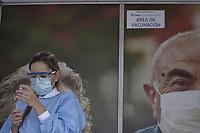 BOGOTA - COLOMBIA, 18-02-2021: Primera jornada de vacunación contra el COVID-19 (Coronavirus) que se llevo a cabo en la clínica Colombia en la ciudad de Bogotá. Son las primeras 50.000 vacunas de la farmacéutica Pfizer y que representan un 0.08% de las requeridas en Colombia fueron distribuidas en diferentes ciudades del país para comienzan su aplicación en personal de la salud que son los más expuestos al contagio del Coronavirus. / First day of vaccination against COVID-19 (Coronavirus) that took place at the Colombia clinic in the city of Bogotá. They are the first 50,000 vaccines from the pharmaceutical company Pfizer that represent 0.08% of those required in Colombia and were distributed in different cities of the country to begin their application in health personnel who are the most exposed to the contagion of the Coronavirus. Photo: VizzorImage / Alejandro Avandaño / Cont
