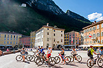 Italy, Trentino, Riva del Garda: popular holiday resort at Lake Garda (Lago di Garda), cyclists at Piazza Tre Novembre | Italien, Trentino, Riva del Garda: beliebter Urlaubsort am Nordufer des Gardasees, Radfahrer auf der Piazza Tre Novembre