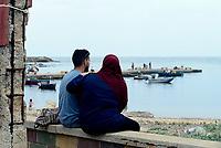 Tabarka, Tunisia, 18 Settembre 2018<br /> una coppia di giovani guarda il mare