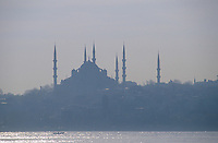 Europe/Turquie/Istanbul : Navigation sur le Bosphore avec en fond la basilique Sainte-Sophie et la Mosquée Bleue.-Sainte-Sophie : Le  24 juillet 2020, la première prière musulmane y est célébrée depuis sa reconversion en mosquée en présence du président Recep Tayyip Erdogan. // Europe / Turkey / Istanbul: Navigation on the Bosphorus with the Hagia Sophia and the Blue Mosque in the background. Hagia Sophia: On July 24, 2020, the first Muslim prayer is celebrated there since its conversion into a