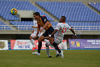 PEREIRA -COLOMBIA-04-10-2014. Johan J Fano (Izq) jugador Aguilas Pereira disputa el balón con Carlos Ramirez (Der) Envigado FC en partido por la fecha 13 de la Liga Postobon II 2014 jugado en el estadio Hernán Ramírez Villegas de Pereira./ Johan J Fano (L) player of Aguilas Pereira fights the ball with Carlos Ramirez (R)  Envigado FC for the 13th date of the Postobon League II 2014 played at Hernan Ramirez Villegas of Pereira city.  Photo:VizzorImage/ CONT