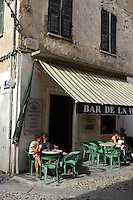 Place Gaffory mit Restaurant in Corte, Korsika, Frankreich