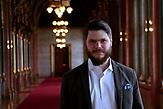 Szabolcs Szalay ist Leiter des außenpolitischen Kabinetts der Jugendorganisation und persönlicher Assistent des Parlamentsabgeordneten Marton Gyöngyösi. Seine Positionen sind sehr diplomatisch verfasst. <br /><br />Jobbik hat vor der Wahl einige Positionen verändert um Stimmen gegen Orban zu gewinnen. Sie ist aber traditionell eine rechtsradikale Partei mit rassistischen und Antisemitischen Positionen. Sie hat gute Chancen bei der Wahl am 08.04. mehr Stimmen zu gewinnen als bei der letzten Wahl und damit Fidesz die zwei drittel Mehrheit zu nehmen.