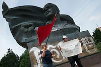 Die Jugendorganisation der FDP, Junge Liberale, protestierte am Samstag den 15. Juni 2013 am Thaelmann-Denkmal in Berlin-Prenzlauer Berg gegen ein Denkmal des KPD-Fuehrers Ernst Thaelmann. Mit symbolischem Sprengstoff forderten knapp zwei dutzend JuLi-Mitglieder die Sprengung des Denkmals.<br />Ca. 120 Gegendemonstranten protestierten gegen die Kundgebung der FDP-Jugend.<br />16.6.2013, Berlin<br />Copyright:  <br />[Inhaltsveraendernde Manipulation des Fotos nur nach ausdruecklicher Genehmigung des Fotografen. Vereinbarungen ueber Abtretung von Persoenlichkeitsrechten/Model Release der abgebildeten Person/Personen liegen nicht vor. NO MODEL RELEASE! Don't publish without copyright Christian-Ditsch.de, Veroeffentlichung nur mit Fotografennennung, sowie gegen Honorar, MwSt. und Beleg. Konto:, I N G - D i B a, IBAN DE58500105175400192269, BIC INGDDEFFXXX, Kontakt: post@christian-ditsch.de<br />Urhebervermerk wird gemaess Paragraph 13 UHG verlangt.]