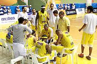 BUCARAMANGA - COLOMBIA - 30 - 04 - 2013: Jose Dilone (Cent.) entrenador de Bucaros de Bucaramanga da instrucciones a los jugadores durante partido en el Coliseo Vicente Romero Diaz, abril 30 de 2013. Bucaros de Bucaramanga y Manizales Once Caldas en partido de la octava fecha de la fase II de la Liga Directv Profesional de baloncesto (Foto: VizzorImage / Jaime Moreno / Str). Jose Dilone (C)  coach of Bucaros from Bucaramanga gives instructions to the players during a match in the Coliseum Vicente Romero Diaz in Bucaramanga, April 30, 2013. Bucaros from Bucaramanga and Manizales Once Caldas in the eighth match of the phase II of the Directv Professional League basketball, game at the Coliseum Vicente Romero Diaz. (Photo: VizzorImage / Jaime Moreno / Str)..