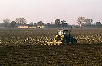 Motta Baluffi (Cremona). Trattore al lavoro in un campo --- Motta Baluffi (Cremona). A tractor plowing a field
