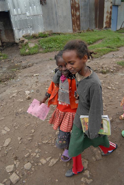 ethiopia, addis abeba, bambine si incamminano verso la scuola, Little girls to school
