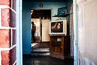 Tucson, Arizona,interno casa con televisore e profilo di un uomo , internal house with TV and man profile