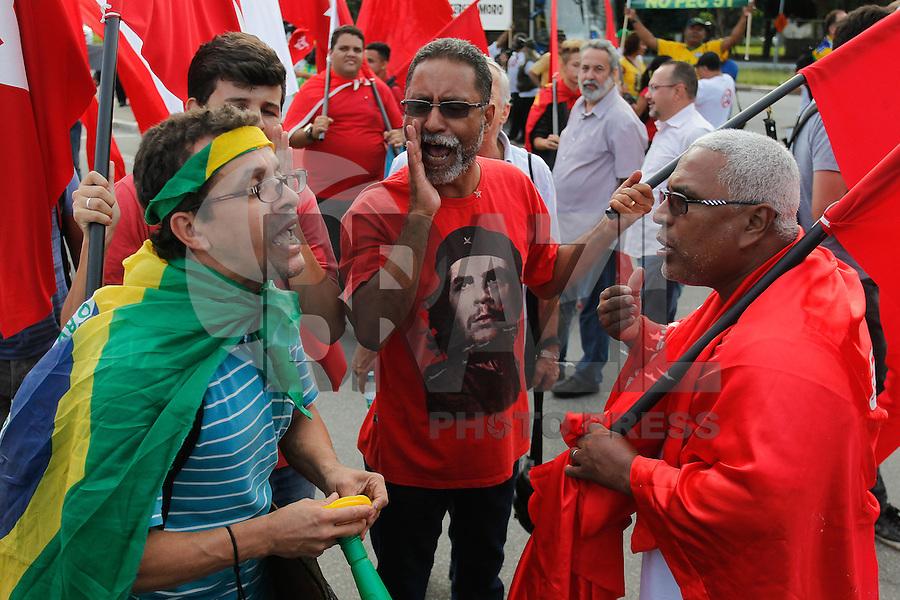 SÃO PAULO,SP, 17.02.2016 - PROTESTO-SP - Grupos contrarios e a favor do ex-presidente Lula, fazem ato em frente ao fórum criminal da Barra Funda, zona oeste de São Paulo, nesta quarta-feira, 17. (Foto: Douglas Pingituro/Brazil Photo Press)