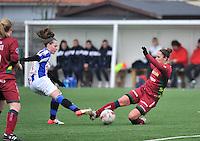 Dames Zulte - Waregem - SC Heerenveen : duel om de bal tussen Charlien Ver Eecke (rechts) en Yvonne Ploeg.foto VDB / BART VANDENBROUCKE