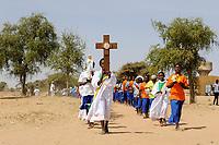 BURKINA FASO Dori, catholic school, children march with the cross / BURKINA FASO Dori, katholische Schule, Kinder gehen den Kreuzweg