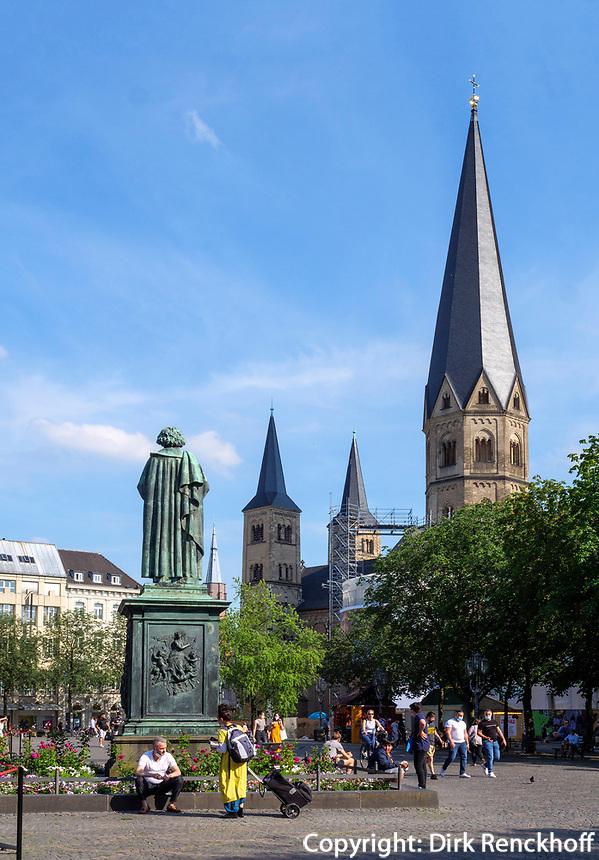 Beethovendenkmal und Münster, Bonn, Nordrhein-Westfalen, Deutschland, Europa<br /> Beethoven monument and Münster, Bonn, North Rhine-Westphalian, Germany, Europe