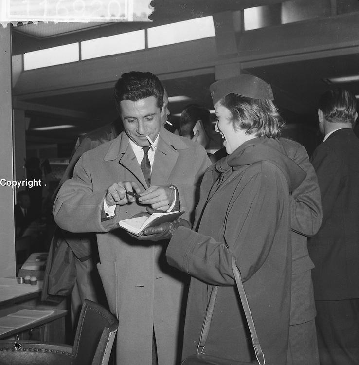Arrival Gilbert Bécaud at Schiphol, HOLLAND,<br />  October 21, 1960<br /> <br /> Photographer Lindeboom, Henk / Anefo